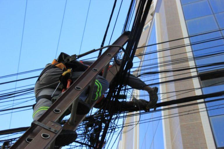 Força-tarefa pra retirada de fios irregulares na Avenida do Estado inicia nesta segunda-feira